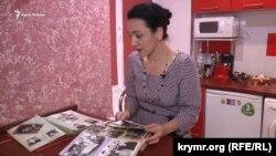Участница акции «Дорога в Крым» Альме Эмирсале показывает фото семейного альбома