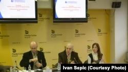Nemanja Nenadić, Vladimir Goati i Bojana na predstavljanju izveštaja Transparency internationala, 5. decembar 2012.