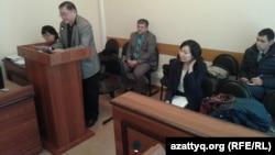 Брат оппозиционного политика Алтынбека Сарсенбаева Рысбек Сарсенбайулы (слева) на суде, где рассматривается апелляция по поводу досрочного освобождения из тюрьмы бывшего сотрудника КНБ Ерлана Ералиева. Караганда, 27 октября 2015 года.