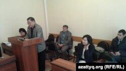 Рысбек Сарсенбайулы (справа) на суде, где рассматривается апелляция на УДО бывшего сотрудника КНБ Ерлана Ералиева. Караганда, 27 октября 2015 года.