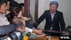 Осужденный экс-министр Нурлан Искаков общается с прессой сразу после оглашения его тюремного приговора. Астана, 16 октября 2009 года.