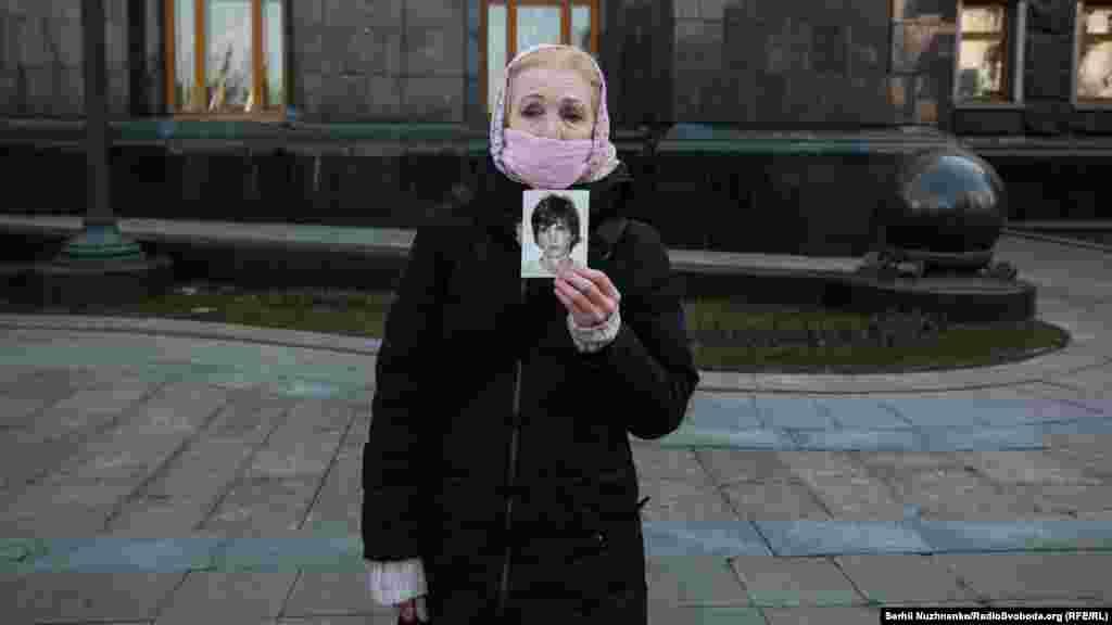 Хоч масові зібрання заборонені у столиці на період карантину, все ж свій протест під Офісом президента висловили родичі полонених російськими гібридними силами на Донбасі