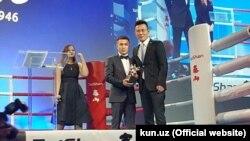 Узбекский боксер Хасанбой Дусматов на церемонии награждения Международной ассоциации любительского бокса (AIBA).