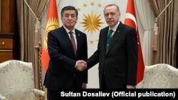 Президенты Кыргызстана и Турции Сооронбай Жээнбеков и Реджеп Тайип Эрдоган. Анкара, 9 апреля 2018 года.