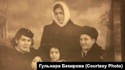 Айше Диттанова с мужем и детьми