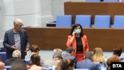 """Председателстваната от Даниела Дариткова парламентарна група на ГЕРБ подкрепи идеята на """"Обединени патриоти"""" за референдуми по конституционни въпроси, след като оттам заплашиха, че ще оттеглят подкрепата си за проекта за нов основен закон, предложен от премиера Бойко Борисов"""