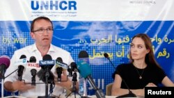 Jordani – Aktorja Angelina Jolie, gjatë një konference të përbashkët me ministrin e jashtëm norvegjez Espen Barth Eide, në kampin Al Zaatri që strehon refugjatë të ikur nga lufta në Siri, 20Qershor2013