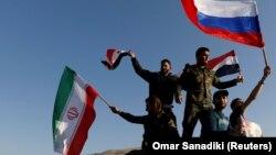 Ирандын, Орусиянын, Сириянын желегин көтөргөн сириялыктар, 14-апрель, 2018-жыл.
