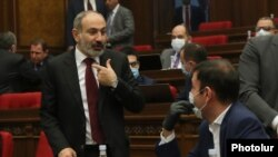 Armenia -- Prime Minister Nikol Pashinian (L) talks to a parliament deputy from his My Step bloc, Yerevan, May 6, 2020.