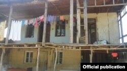 სტიქიით დაზიანებული სახლი ერთ-ერთ რეგიონში