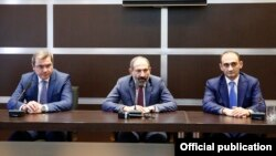 Слева направо: новый глава КГД Давид Ананян, премьер-министр Армении никол Пашинян, бывший глава КГД Вардан Арутюнян, Ереван, 18 мая 2018 г.
