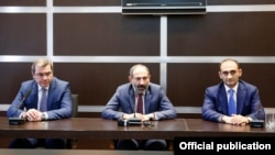 Armenia - Prime Minister Nikol Pashinian (C), the newly appointed chief of the State Revenue Committee, Davit Ananian (L), and his predecessor Vartan Haritunian meet senior SRC officials, Yerevan, 18 May 2018.