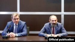 Armenia - Prime Minister Nikol Pashinian (R) introduces the newly appointed chief of the State Revenue Committee Davit Ananian (L) to the Committee's staff, Yerevan,18May,2018
