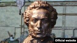 Бронзовый бюст Александра Пушкина, который 6 июня появится на Пушкинской площади в Праге