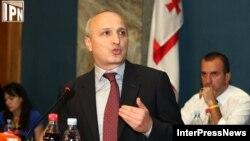 Встрече кандидата в премьер-министры Вано Мерабишвили с парламентариями на объединенном заседании профильных комитетов предшествовал его визит в квартиру обычной тбилисской семьи