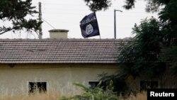 Flamuri i militantëve të Shtetit Islamik shihet në Jarablus, fotografuar nga ana turke e kufirit