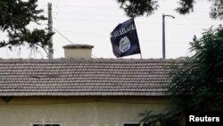 پرچم گروه موسوم به حکومت اسلامی در نزدیکی مرز سوریه با ترکیه