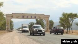 Алматы облысындағы Есік қаласына кіреберіс жол бойындағы жазу.
