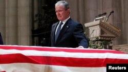 АҚШ-тың бұрынғы президенті кіші Джордж Буш әкесі Джордж Буштың табыты жанында тұр. Вашингтон, 5 желтоқсан 2018 жыл.