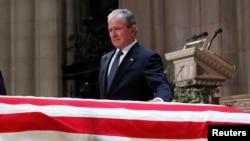 Бывший президент США Джордж Буш - младший у гроба с телом Джорджа Буша - старшего в Национальном соборе. Вашингтон, 5 декабря 2018 года.