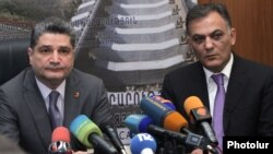 Armenia - Prime Minister Tigran Sarkisian (L) introduces the newly appointed Transport and Communications Minister Gagik Beglarian to his senior staff in Yerevan, 18Jun2012.