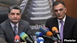 Ermənistan baş naziri T. Sarkisian (sol) yeni təyin olunmuş Nəqliyyat naziri Gagik Beglarian-ı təqdim edir