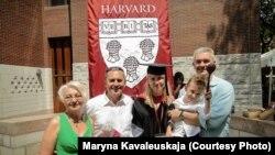 Пасьля сканчэньня Гарварду з бацькамі, мужам Валерам і сынам Янам