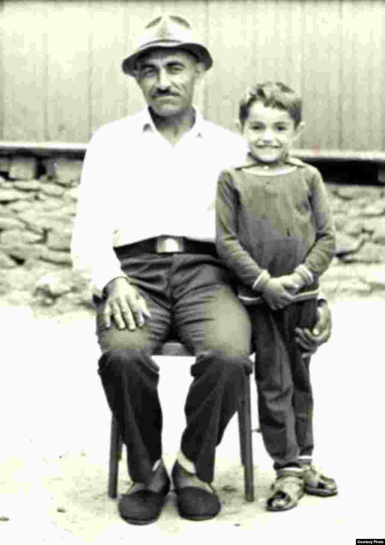 Mihai Alla, tatăl lui Marin, alături de câțiva dintre copiii săi. Satul Ursari, circa 1950