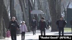Люди на улице Душанбе. Иллюстративное фото.