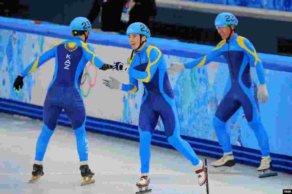 Казахстанцы вышли в финал эстафеты по шорт-треку на Играх в Сочи. Команда в составе Абзала Ажгалиева, Айдара Бекжанова, Дениса Никиши и Нурбергена Жумагазиева бежала в первом забеге вместе с представителями США, Южной Кореи и Голландии, и по итогам полуфинала заняла второе место, уступив лишь голландцам, соответственно, пробившись в финал. Финалы эстафеты на 5000 метров пройдут в ночь с 21 на 22 февраля.