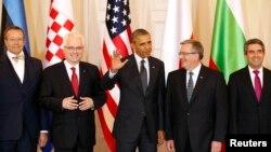 Президент США Барак Обама (в центре) во время встречи с лидерами государств Центральной и Восточной Европы. Варшава, 3 июня 2014 года.