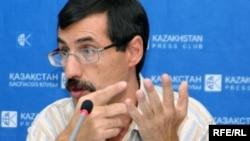 Евгений Жовтис, адам құқықтары жөніндегі Қазақстан бюросының директоры. Алматы, 25 тамыз 2009 жыл.