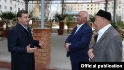 Президент Узбекистана Шавкат Мирзияев общается с жителями махалли «Увайси» в Юнусабадском районе Ташкента. Фото агентства UzA.