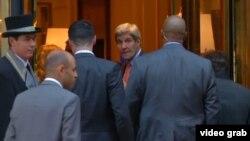 Государственный секретарь США Джон Керри в центре.