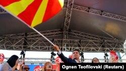 Заохочує зміни прем'єр-міністр Македонії Зоран Заєв. А президент країни Джорґе Іванов говорить, що він взагалі не братиме участі у референдумі