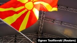 Прапор Македонії на акції на підтримку зміни назви країни, ілюстративне фото