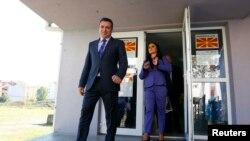 Зоран Заев выходит из избирательного участка, Македония, 15 октября 2017 года