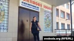 Алеся Садоўская падчас судовага працэу, на якім было вырашана адабраць у яе дачку. 27 жніўня 2015 году