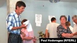 Избиратели голосуют в одном из молдавских сел