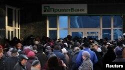 Люди стоят в очереди возле банка в Донецке. Декабрь 2014 года