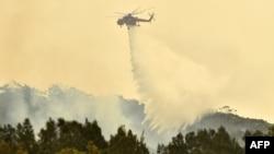 Хеликоптер гаси шумски пожар во Австралија