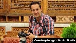 آریا جعفری، عکاس خبرگزاری ایسنا، که پس از انتشار عکسهای وی از اعتراضات اصفهان به اسیدپاشیها بازداشت شد.