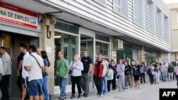 Бюро по трудоустройству в пригороде Мадрида. Безработица в Испании превысила 27% численности трудоспособного населения страны