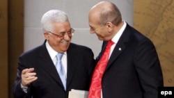 Глава палестинской автономии Махмуд Аббас (слева) и премьер-министр Израиля Эхуд Ольмерт во время переговоров Аннаполисе, США, в Мемориальном холле Американской военно-морской академии. Ноябрь 2007 года