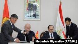 Вице-премьер-министр КР Жениш Разаков и вице-премьер-министр Таджикистана Азим Иброхим.