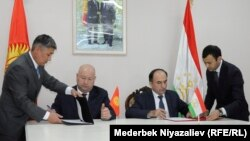 Қырғызстанның вице-премьері Жеңиш Разаков (сол жақта) және Тәжікстанның вице-премьері Азим Иброхим. 14 қаңтар 2020 жыл.
