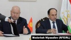 Вице-премьер-министр Кыргызстана Жениш Разаков (слева) и вице-премьер-министр Таджикистана Азим Иброхим.