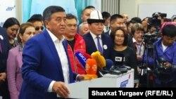 Сооронбай Жээнбеков дауыс беруден кейін баспасөз конференциясында сөйлеп тұр. Бішкек, 15 қазан 2017 жыл.