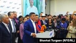 Сооронбай Жээнбеков после того, как стало известно, что он набрал больше всех голосов на выборах. 15 октября 2017 г.
