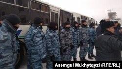 Сотрудники спецподразделения полиции и полицейские автобусы рядом с театром «Астана Опера». Нур-Султан, 21 января 2020 года.